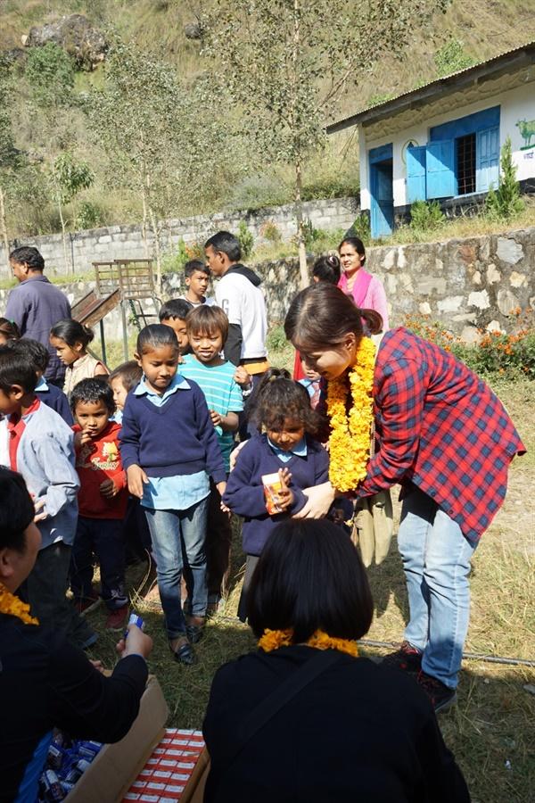 2019년 11월 희망씨에서 급식비지원과 자매결연을 하고 있는 뻘벗학교 방문했을때 아이들과 함께 이야기 나누는 김은선.
