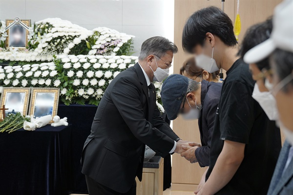 문재인 대통령이 6일 경기 성남시 국군수도병원에 마련된 공군 성추행 피해 부사관의 추모소를 찾아 조문한 뒤 유가족을 위로하고 있다.