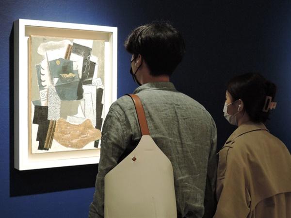 피카소 I '콧수염이 있는 남자' 유화 패브릭 65.5×46.6cm 1914. 주말에 전시장에 연인들이 북적인다. ⓒ 2021 Succession Pablo Picasso SACK(Korea)