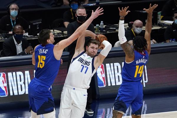 지난 1월 7일(현지시간) 미국 콜로라도주 덴버의 볼 아레나에서 열린 미국프로농구(NBA) 덴버 너기츠 대 댈러스 매버릭스의 경기에서 댈러스의 루카 돈치치(가운데)가 덴버의 니콜라 요키치(왼쪽)와 개리 해리스(오른쪽)와 볼을 다투고 있다. 경기는 댈러스가 124-117로 이겼다(자료사진)