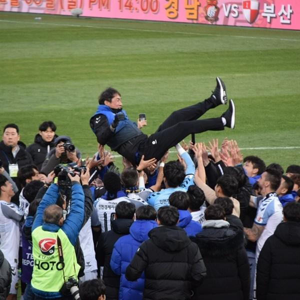 2019 K리그1 시즌 마지막 게임을 끝내고 인천 유나이티드 선수들로부터 헹가래를 받고 있는 유상철 감독(2019년 11월 30일, 창원축구센터)