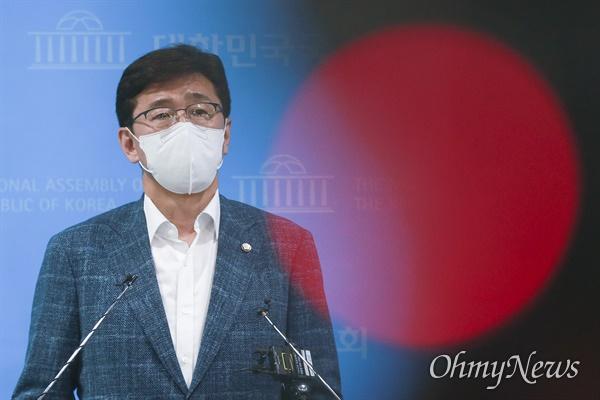 더불어민주당 고용진 수석대변인이 지난 6월 8일 오후 서울 여의도 국회 소통관에서 국민권익위원회의 더불어민주당 국회의원 부동산 거래 전수조사 결과에 대해 브리핑하고 있다.