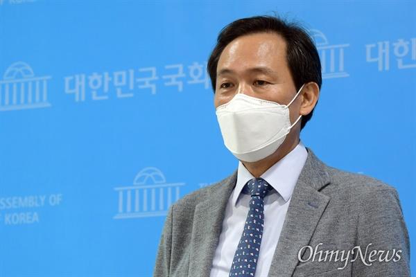 우상호 더불어민주당 의원이 8일 오후 서울 여의도 국회 소통관에서 권익위의 부동산 투기 의혹 조사 결과와 관련 입장을 발표하고 있다.