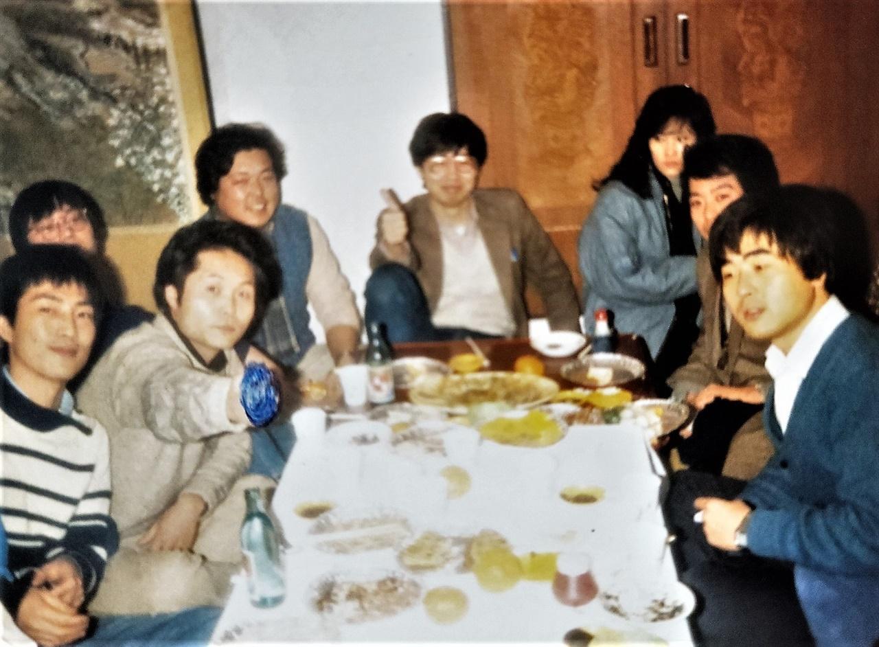 1985년~1986년 즈음 영화청년들의 회식자리. 왼쪽부터 김태균, 임종재, 이덕신, 정성일, 오른쪽 권영락, 김의석