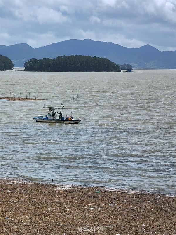 2020년 8월에 남강댐 방류로 바다 쓰레기가 가득한 가운데 어선 한 척이 조업 중인 모습. 사천시의 우울한 단상을 보는 것 같아 씁쓸하다.
