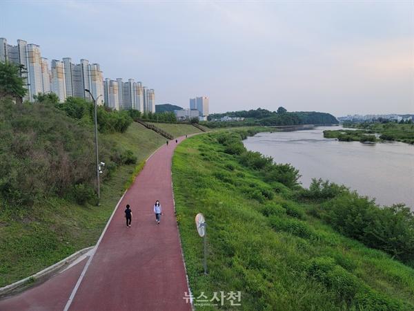 남강댐 사천만 방류로 수혜지역은 단연 진주시다. 진주시가 닦아 놓은 남강 둔치 산책로를 따라 시민들이 운동하는 모습.