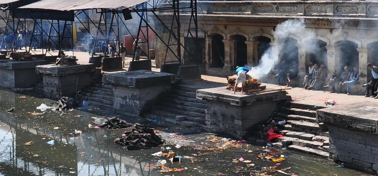 대부분의 국가는 체계적인 실내 화장장을 운영하지만, 인도와 네팔 등에서는 아직도 강변 등 노천에서 시신을 화장하고 있다.