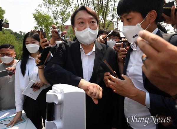 윤석열 전 검찰총장이 9일 오후 서울 중구 남산예장공원 개장식에 참석, 발열체크를 하고 있다.