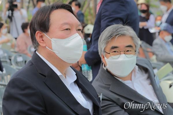 윤석열 전 검찰총장이 9일 오후 열린 서울 남산예장공원 개장식에  참석해 이철우 연세대 교수와 대화하고 있다.