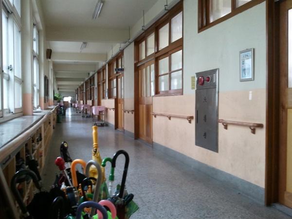 학교의 복도 급식을 위한 이동차와 장애인을 위한 손잡이와 소방안전 장치가 함께 있는 학교의 복도만 봐도 학교가 다양한 사람들의 일터라는 것을 알 수 있다.