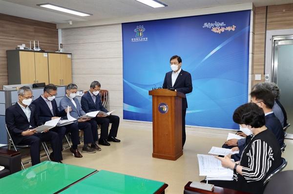 김병우 충북교육감이 9일 '전면등교 준비기간' 운영과 관련 기자회견을 하고 있다.(충북교육청 제공)