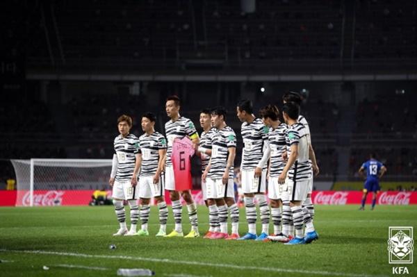 한국 대표팀 한국 대표팀 선수들이 고 유상철 전 감독을 기리는 세레머니를 펼치고 있다.