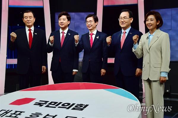 국민의힘 당 대표에 도전하는 나경원(오른쪽부터), 주호영, 조경태, 이준석, 홍문표 후보가 9일 서울 여의도 KBS에서 열린 TV토론회에서 토론시작에 앞서 기념촬영을 하고 있다.