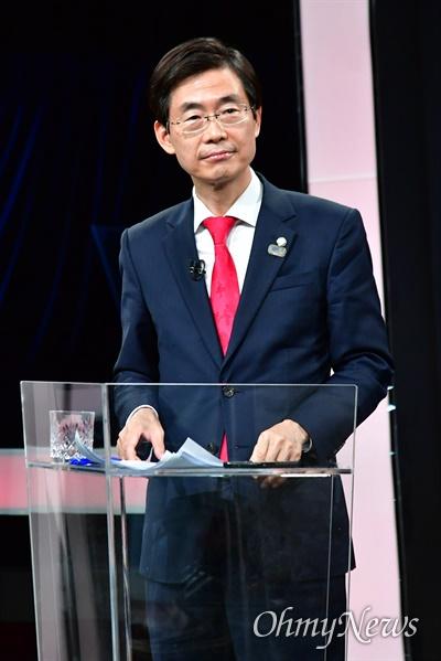 국민의힘 당 대표에 도전하는 조경태 후보가 9일 서울 여의도 KBS에서 열린 TV토론회에서 토론을 준비하고 있다.