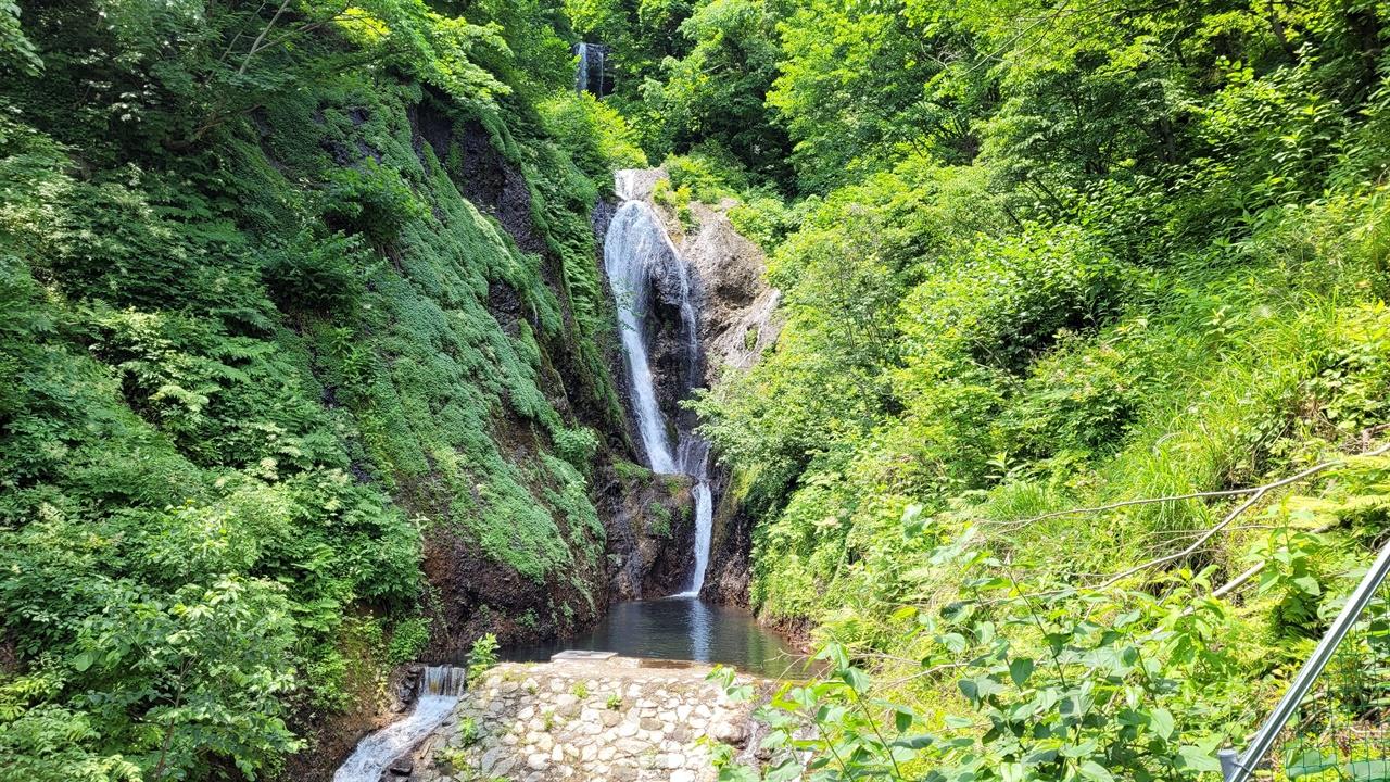 봉래폭포 저동항에서 약 2km가량 올라간 곳에 있는 3단 폭포로, 내려온 물은 울릉읍 주민들의 상수원으로 활용된다.
