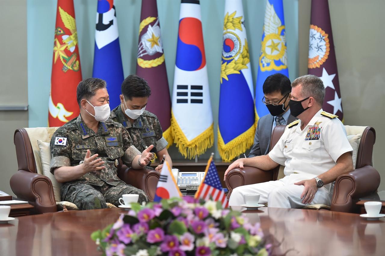 원인철 합참의장(좌)이 10일 사무엘 파파로 미 태평양함대사령관(해군 대장)을 접견, 대화하고 있다. 2021.6.10