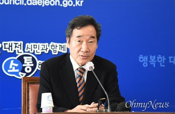 이낙연 전 더불어민주당 대표가 10일 오후 대전시의회 대회의실에서 기자간담회를 갖고 있다.