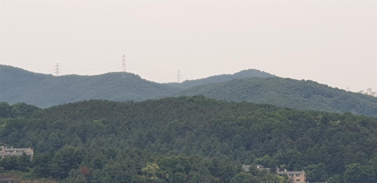 부엌뷰 부엌 싱크대에서 정면으로 볼 수 있는 산. 창 앞에 가리는 것이 없어 바람이 씽씽 불어온다