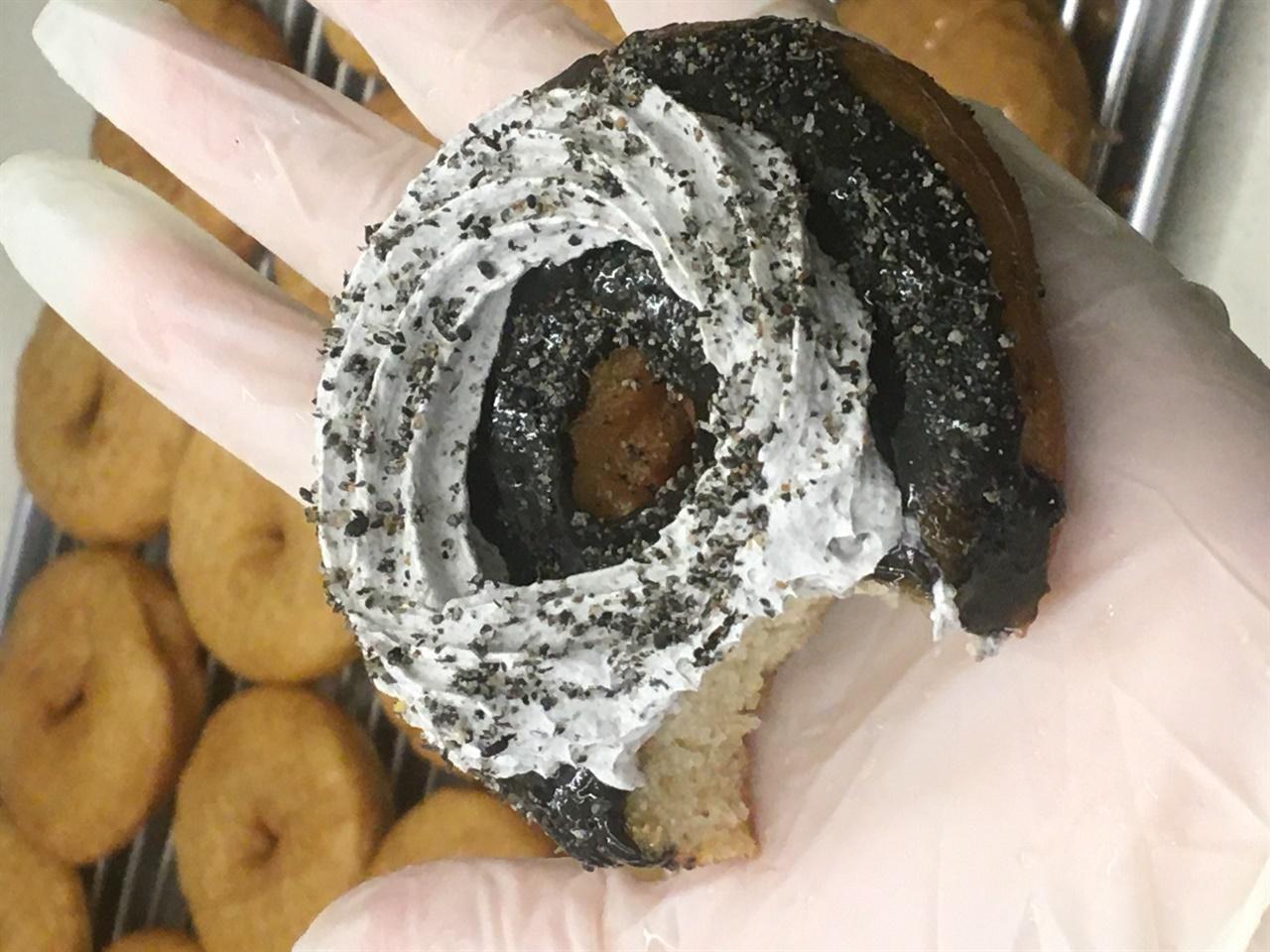 크림이 올라간 도넛 비건 손님들이 가장 많이 찾는 것은 크림이 올라간 도넛이다. 시중의 크림은 대부분 동물성재료(우유, 생크림)로 만드는 탓에 비건들은 부드럽고 고소한 크림을 즐기기가 어렵다. 식물성크림이라고 이야기하지 않으면 모를 정도로 다를 바 없는 맛이 난다.