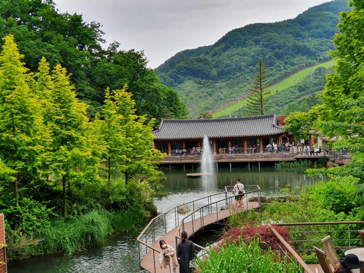 아름다운 화담숲의 풍경 화담숲 초입에 자리잡은 연못과 한옥 건물의 풍경이 어울러지며 건너편의 리조트까지 이색적인 광경을 연출한다.