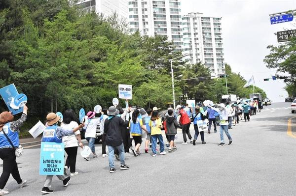 길게 늘어선 행진대열 36일차 행진에는 지난 4월 27일 부산역에서 출발한 이후 가장 많은 참가들이 참여했다.