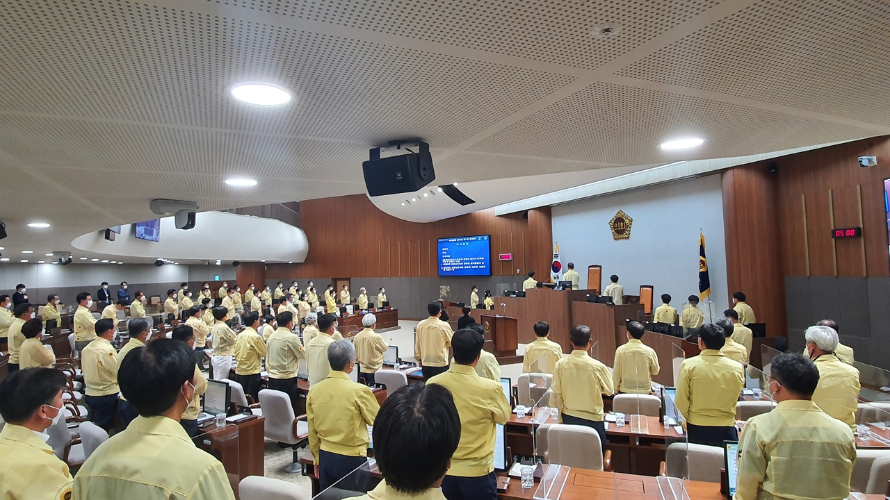 김명선 의장을 비롯한 의원들이 제329회 정례회 개회식에서 국기에 대한 경례를 하고 있다.
