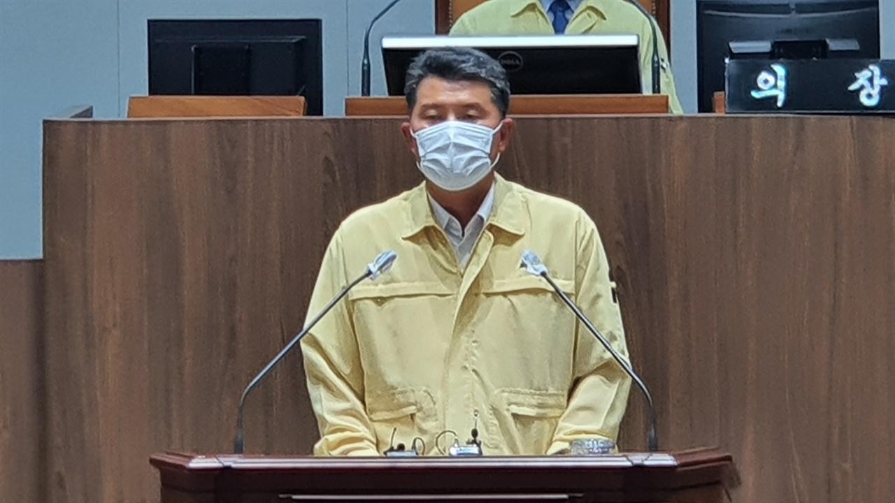 김기서 의원이 제1차 본회의에서 '가락시장 내 공영시장도매제 도입'이란 주제로 5분 발언을 하고 있다.