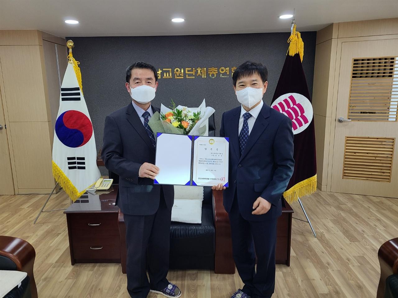지난 4월 당선증을 받고 있는 윤용호(사진 왼쪽) 회장.