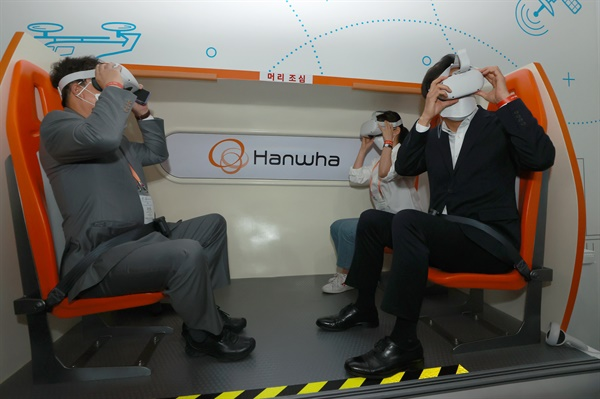 오세훈 서울시장(오른쪽 첫번째)이 10일 서울 마포구 문화비축기지에서 개막한 서울 스마트 모빌리티 엑스포를 찾아 도심항공교통(UAM) VR 체험을 하고 있다.