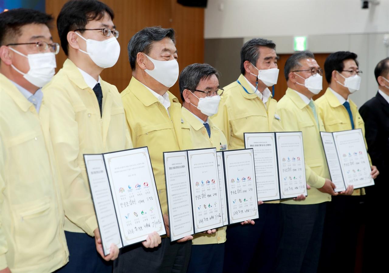 가세로 태안군수(사진왼쪽에서 세번째)가 정의로운 기금의 활용 방안에 대한 논의의 장 마련을 다짐하고 있다,