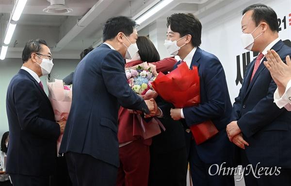 국민의힘 이준석 신임 당 대표가 11일 오전 서울 여의도 국민의힘 당사에서 열린 1차 전당대회에서 당 대표로 당선 된 뒤 김기현 원내대표로부터 축하인사를 받고 있다.
