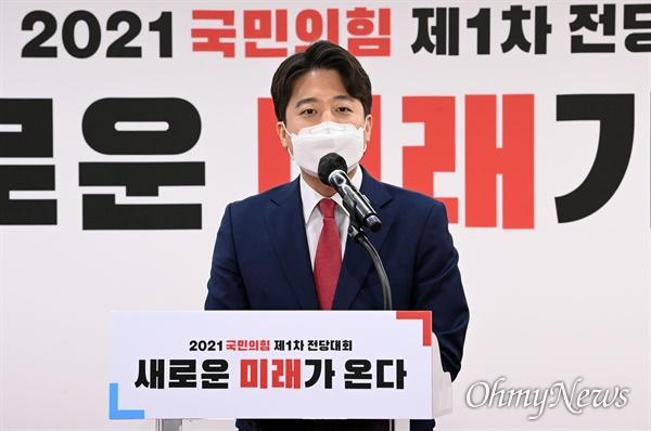 국민의힘 이준석 신임 당대표가 11일 서울 여의도 국민의힘 중앙당사에서 열린 제1차 전당대회에서 당대표로 선출된 뒤 수락연설을 하고 있다.