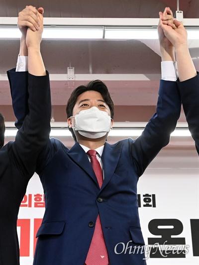 국민의힘 이준석 신임 당 대표가 11일 오전 서울 여의도 국민의힘 당사에서 열린 1차 전당대회에서 당 대표로 당선 된 뒤 인사하고 있다.