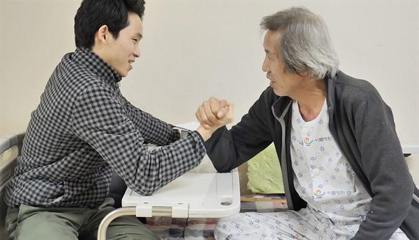 다큐멘터리 〈1포 10kg 100개의 생애〉 속 조기현 작가와 그의 아버지
