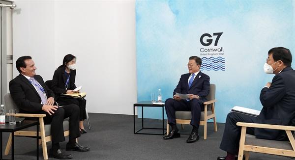 G7 정상회의 참석차 영국을 방문 중인 문재인 대통령이 12일(현지시간) 영국 콘월 트레게나 캐슬 호텔에서 파스칼 소리오 아스트라제네카 CEO와의 면담하고 있다.