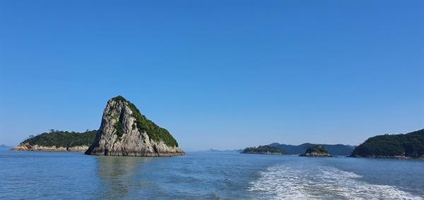 조도군도의 다도해 섬들 맹골죽도를 가는 섬사랑9호를 타면 아름다운 다도해의 여러 섬들을 감상할 수 있다.