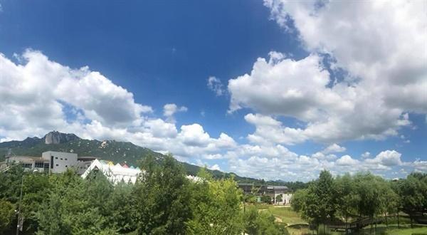 서울 창포원에서 바라본 도봉산역과 도봉산 전경