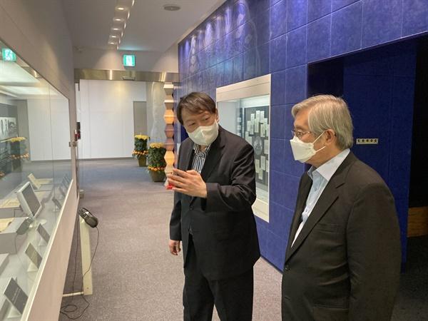 지난 11일 윤석열 전 검찰총장이 김성재 김대중평화센터 상임이사를 만나 김대중도서관을 둘러보고 있는 모습.
