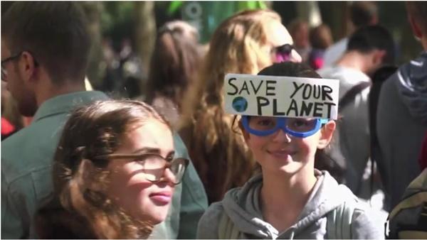 2019년 독일의 환경운동 현장의 모습, 양육자들과 아이들이 함께 참여하며 즐기는 모습이다.