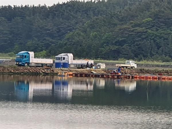 지난 5월 중순 S양식장에서 우럭이 판매되는 것으로 의심되는 정황으로  활어차에 우럭을 싣는 장면이 포착되었다.
