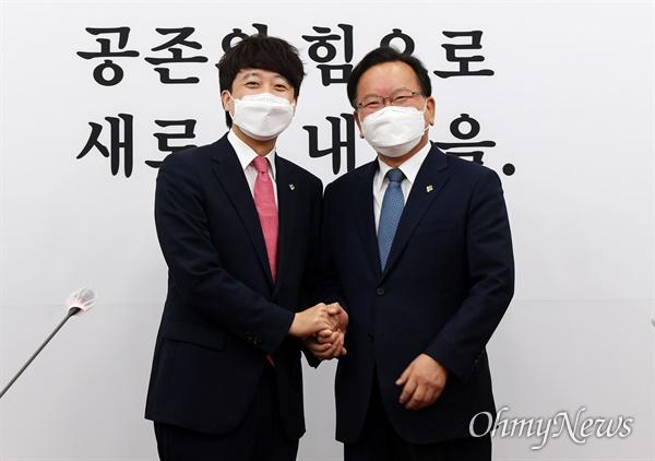 국민의힘 이준석 대표(왼쪽)가 16일 서울 여의도 국회에서 김부겸 국무총리를 만나 기념촬영하고 있다.