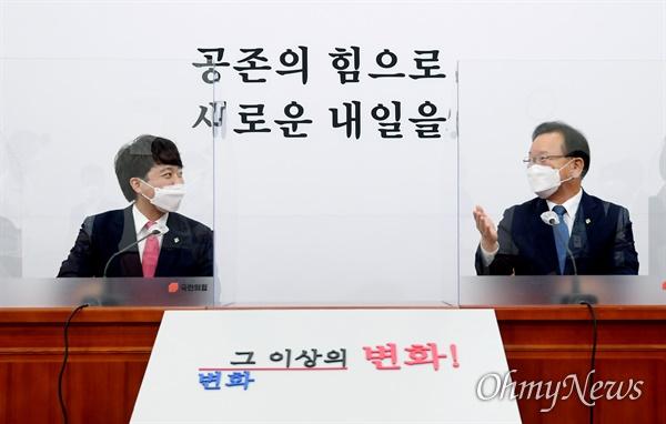 국민의힘 이준석 대표(왼쪽)가 16일 서울 여의도 국회에서 김부겸 국무총리를 만나 환담하고 있다.