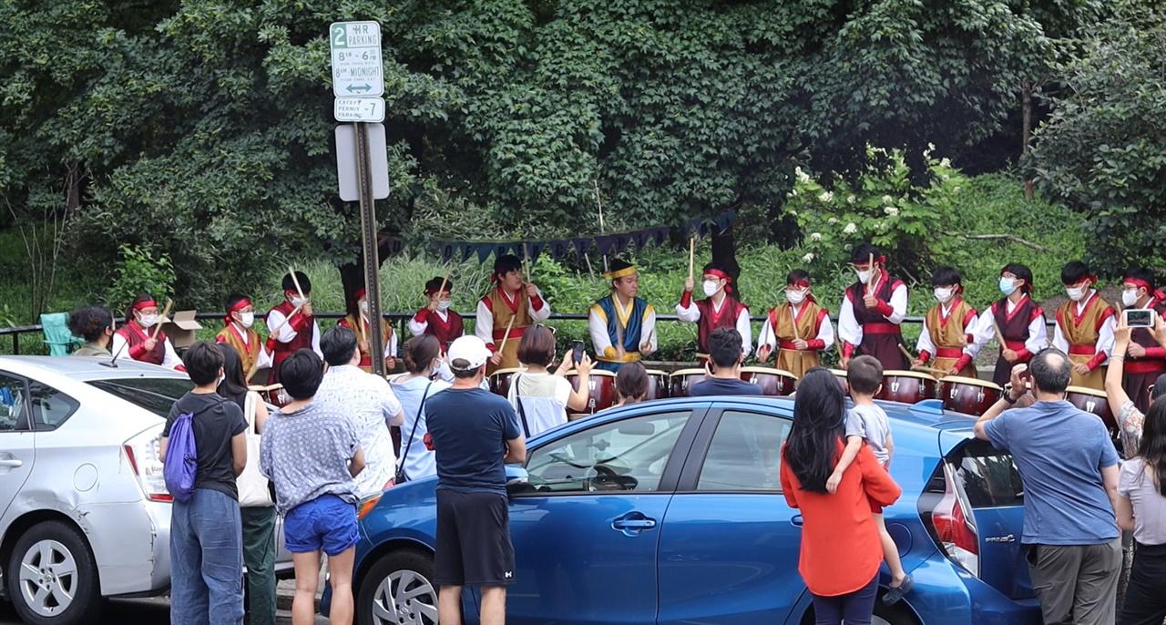 필라델피아 소녀상공원이 들어설 공원 부지에 울려퍼지는 북소리 필라델피아 소녀상공원이 들어설 가로공원에서 한국 전통모듬북 공연이 펼쳐지고 퀸빌리지 주민들이 박수를 치고 있다.