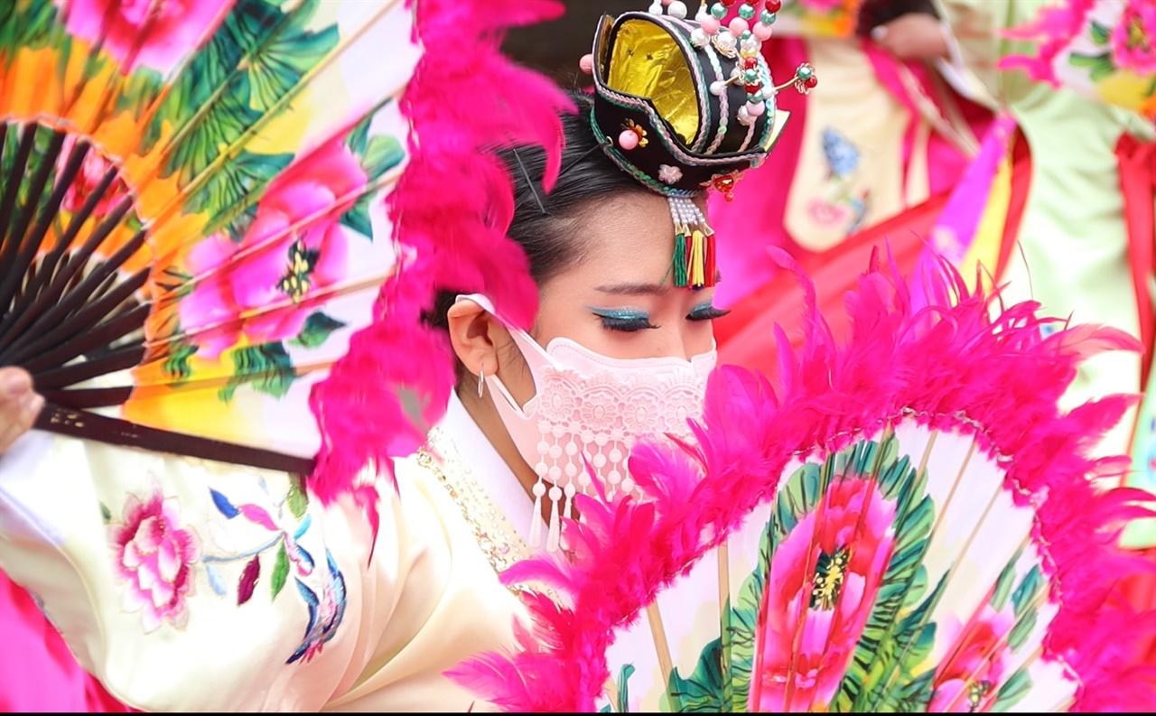 안녕! 퀸빌리지의 한국 '안녕! 퀸빌리지의 한국' 행사에서 한국 전통부채춤을 선보이는 남부뉴저지통합한국학교 무용팀. 한인소녀들의 부채춤이 퀸빌리지의 주민들을 매료시켰다.