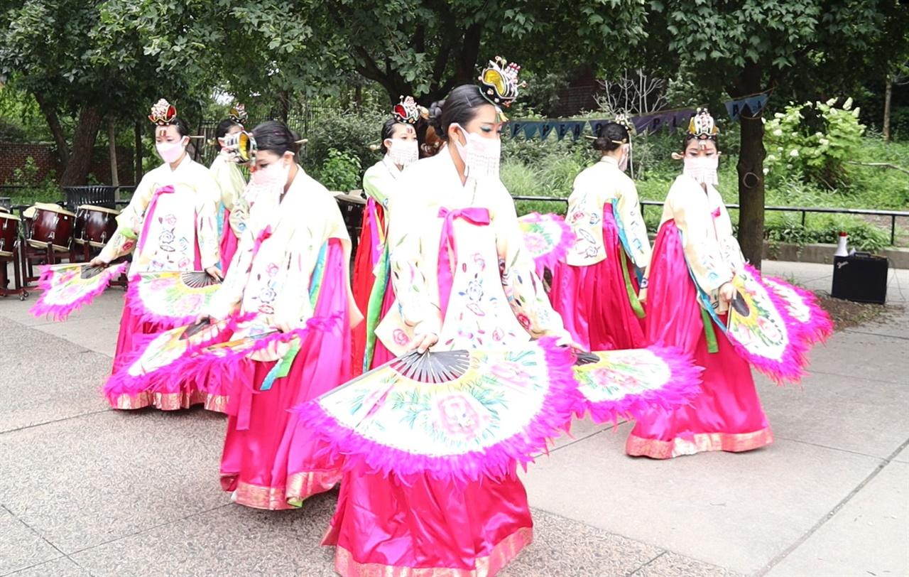 부채춤 추는 한인 소녀들   남부뉴저지통합한국학교 무용팀이 필라델피아 퀸빌리지 소녀상공원이 들어설 가로공원에서 열린 '안녕! 퀸빌리지의 한국' 행상에서 한국 전통부채춤을 선보이고 있다.