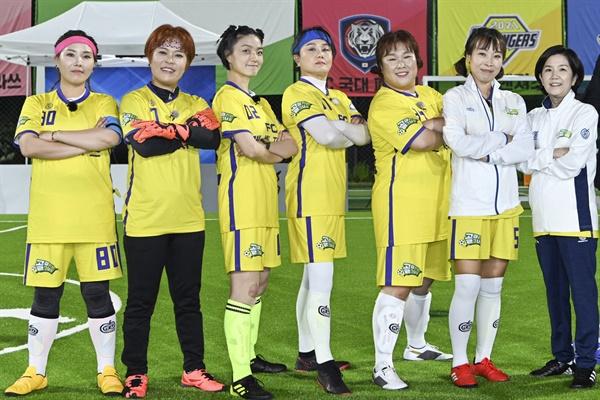 '골 때리는 그녀들' 개벤저스 SBS 신규 예능 <골(Goal) 때리는 그녀들>의 개벤저스. <골(Goal) 때리는 그녀들>는 축구에 진심인 선수들과 대한민국 레전드 태극전사 감독들이 함께 만들어가는 축구 예능 프로그램이다.  16일 수요일 밤 9시 첫 방송.