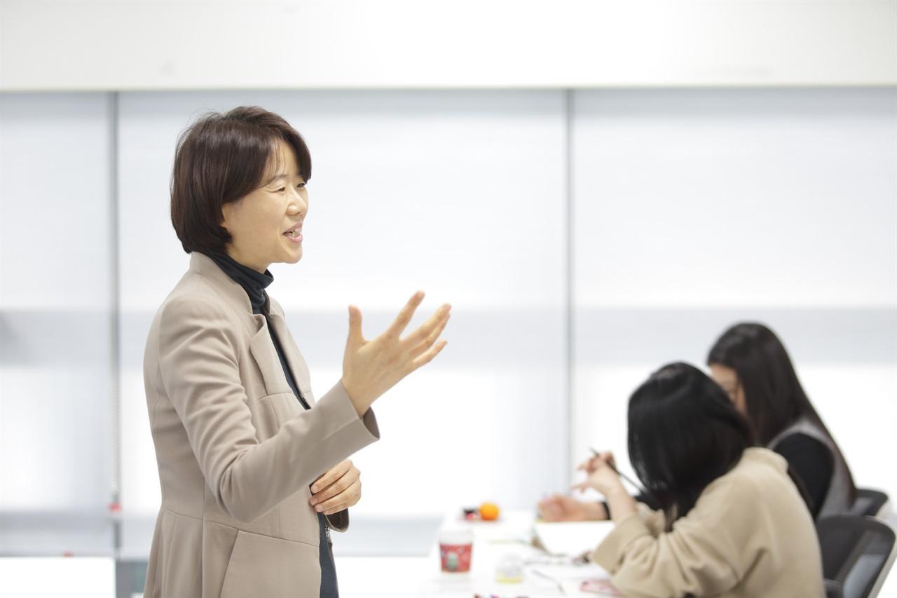 2018년, '토크쇼 베프 서울' 이주민을 초대해서 직접 이야기를 듣는 소통증진 활동 중 강의하고 있는 이란주 대표.