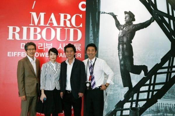 마크 리부 사진전을 찾은 서순주 전시감독(사진 오른쪽에서 두 번째)이 김건희 코바나콘텐츠 대표, 김범수 부사장(사진 맨오른쪽) 등과 기념사진을 찍었다.