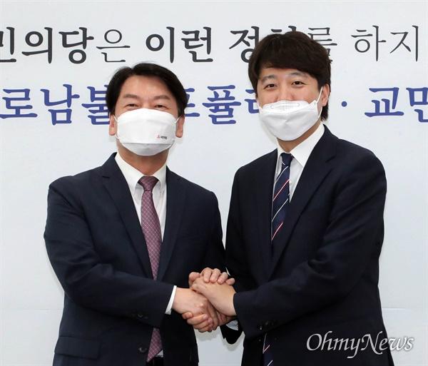 국민의힘 이준석 대표(오른쪽)가 16일 오후 서울 여의도 국회에서 국민의당 안철수 대표를 예방하고 있다.