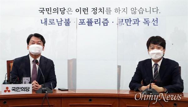 국민의당 안철수 대표(왼쪽)가 16일 오후 서울 여의도 국회에서 국민의힘 이준석 대표를 만나 인사말 하고 있다.